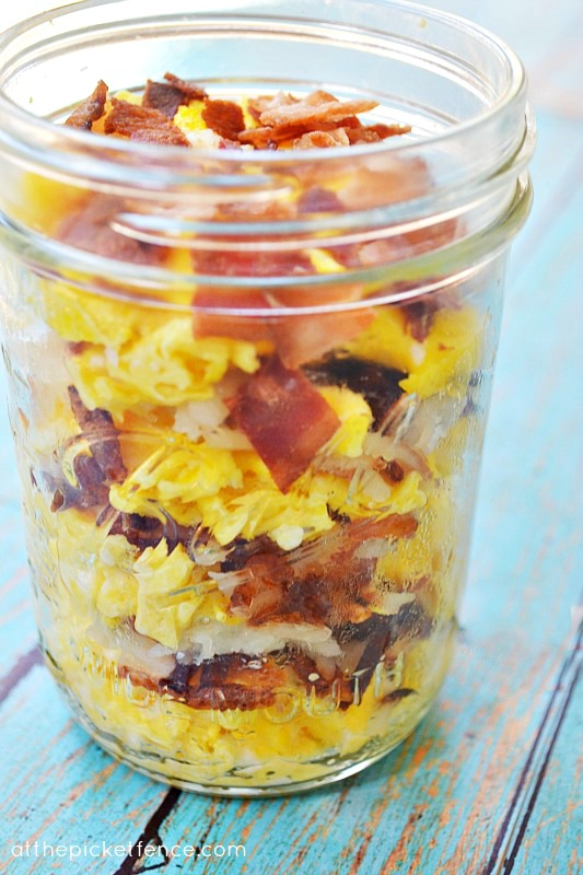 eggs-bacon-hash-browns-in-mason-jar-www_atthepicketfence_com_1